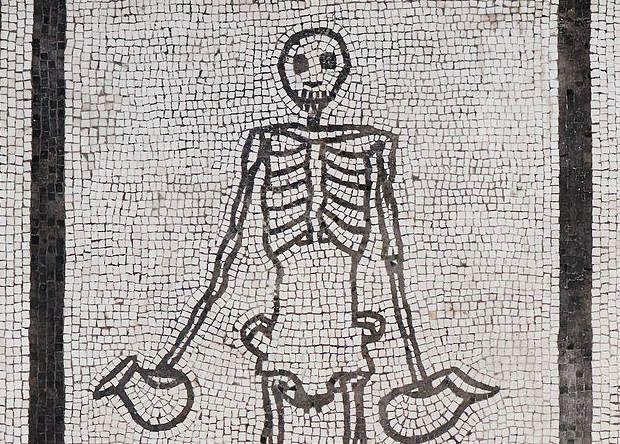 В Турции нашли мозаику с изображением скелета-оптимиста
