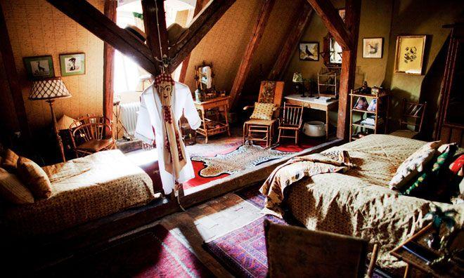 Varje rum har ett tema. Här är det koloniala rummet – fullt utrustat med rottingmöbler, broderad tigerfäll, tropikhjälmar och papegojor införskaffade från när och fjärran.