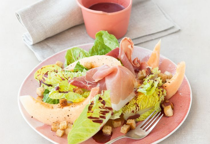 Salat mit Melone, Prosciutto und Ribisel-Vinaigrette