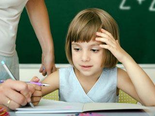 """""""Okul reddi, öğrencinin okula gitmeyi ya da okulda kalmayı reddetmesi"""" olarak tanımlanır.Okul reddi çocuk, okul ya da aile kaynaklı olabilir."""