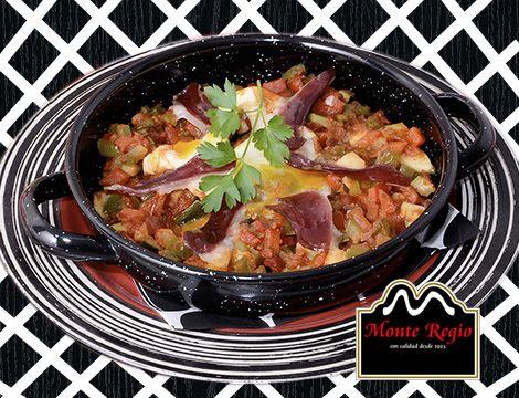 ¿La idea gourmet para el sábado? Cazuelita de huevos rotos con jamón ibérico #MonteRegio pimiento, ajo, calabacín y tomate triturado. ¡Un 10!