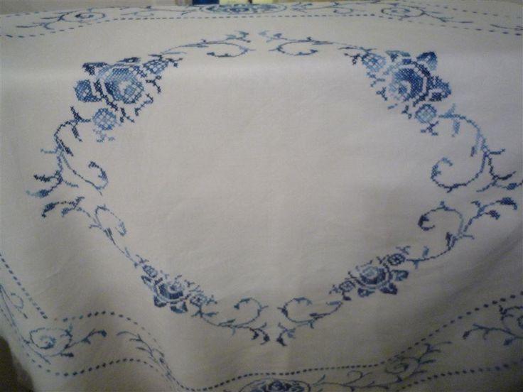 Retro/vintage  handbroderi  duk romantisk och sällsynt  vit och blå