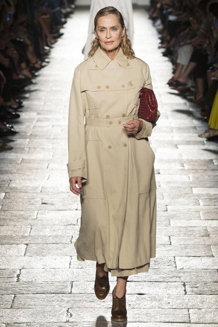 Bottega Veneta - Spring 2017 Ready-to-Wear Lauren Hutton walks