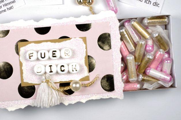 """Adventskalender in der großen Streichholzschachtel. In dieser hübschen Geschenkbox sind 24 """"Vitamin Kapseln"""" gefüllt mit gefalteten Papierstücke mit unterschiedlichen Sprüche und mit..."""