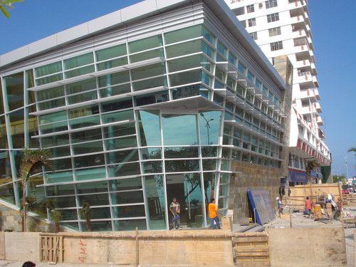 BANCO INTERNACIONAL MANTA  : Diseno con aluminio tubular pesado, vidrios verde automotriz y puertas de vidrio templado. Faldones superiores con recubrimiento de aluminio compuesto