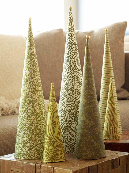 Einfache Christbäumchen aus Geschenkpapier in verschiedenen Grünschattierungen.