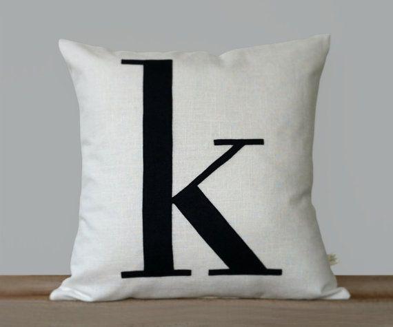 Personalizzato iniziale cuscino | 18 x 18 | Monogramma moderno cuscino da JillianReneDecor | Tipografia | Lettera minuscola | Bianco e nero | Blu marino