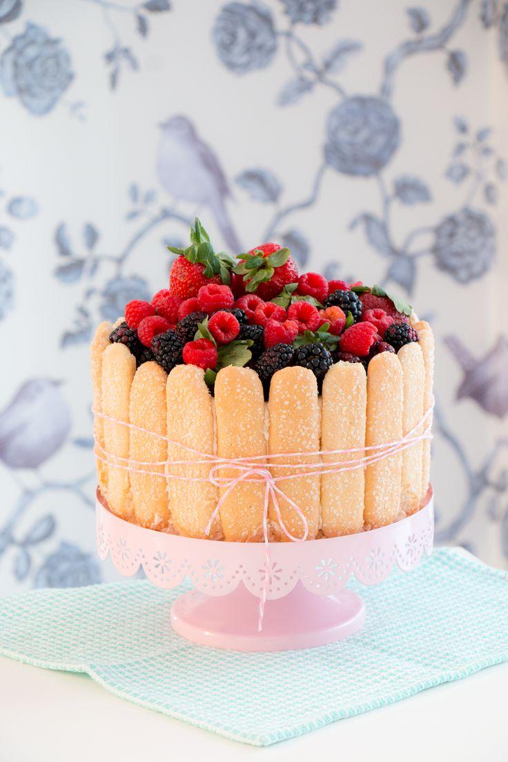 Charlotte de Frutas Vermelhas e Pétalas de Flores Cristalizadas   Vídeos e Receitas de Sobremesas