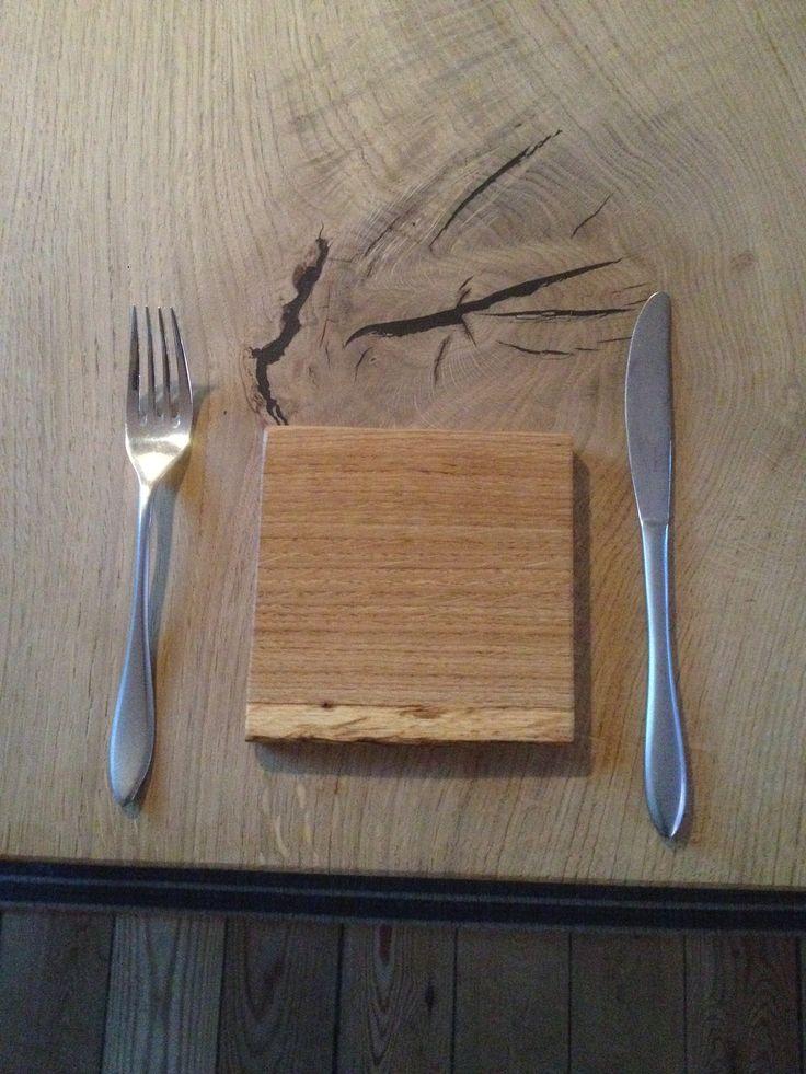 Dette smørebræt er udført i 12 mm massiv egetræ og måler 12,5x 12,5 cm super størrelse til madpakken eller i picnickurven.