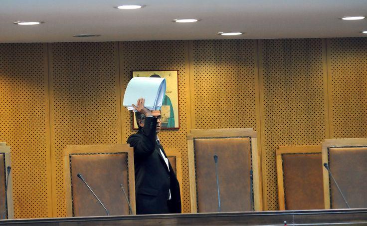 Μέσα στη δίκη της ΧΑ: Ο Ρουπακιάς, οι γονείς του Φύσσα, ο μετανοημένος Μπούκουρας [εικόνες & βίντεο] | iefimerida.gr