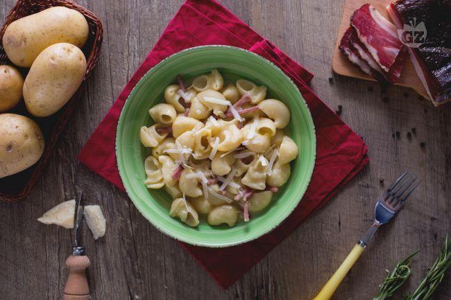 Pipe rigate speck e patate: una cremosa salsa di patate abbraccia la pasta, con il sapore affumicato dello speck, rivisitazione della pasta e patate.