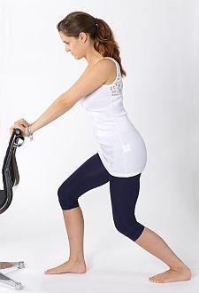 Bei gebeugtem Knie wird hier der M. Soleus, der tiefer liegende Muskel und die Achillessehne selbst gedehnt. Beide Muskeln können eine wichtige Rolle in der Entstehung des Fersenschmerzes haben.  © www.fuss-sprunggelenk-akademie.de