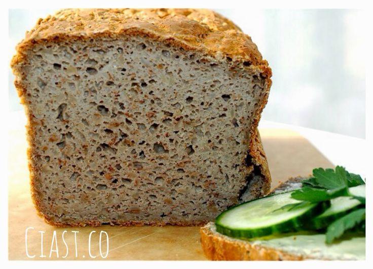 Składniki (1 duży bochenek chleba): 500 g mąki gryczanej 1 opakowanie (7 g) suchych drożdży 1 łyżeczka soli 4 płaskie łyżeczki cukru 2 łyżki oleju roślinnego 400 g (ok. 425 ml) lekko ciepłej wody (26 stopni) 1 torebka ugotowanej kaszy gryczanej  Przygotowanie: Do dużego naczynia wsypać mąkę, dodać drożdże, cukier, sól, olej roślinny i wodę.  Z pomocą robota kuchennego lub miksera miksować składniki przez ok. 5 minut do uzyskania jednolitej konsystencji.  Dodać ugotowaną kaszę gryczaną i…