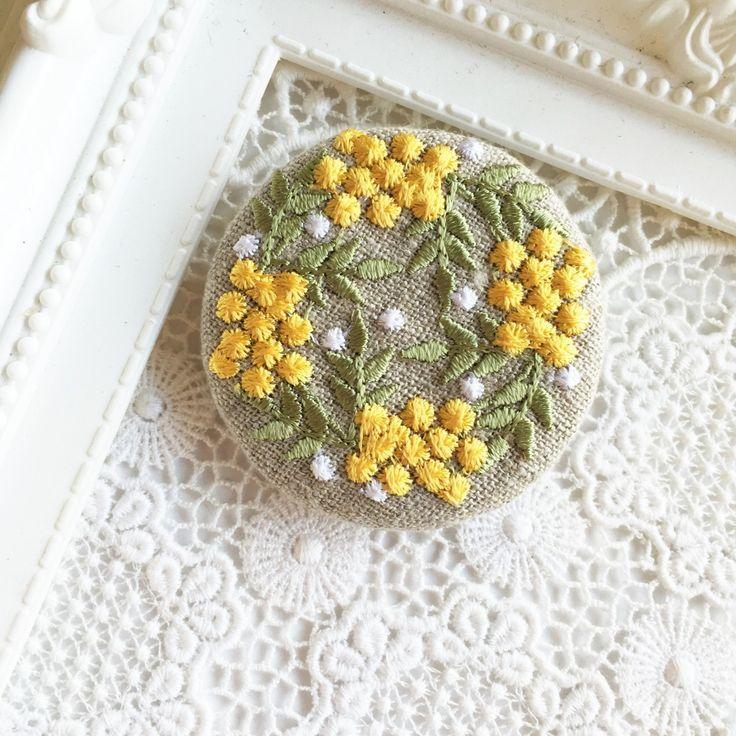 リネン 黄色い実のリース 刺繍のブローチ 丸 50ミリの画像1枚目