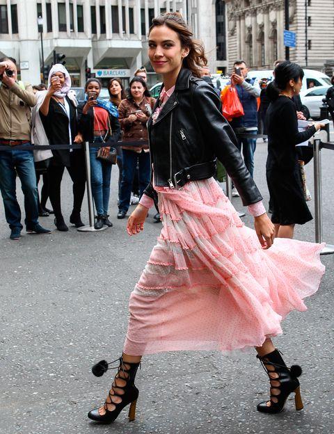Un look que nos encanta, el elegido por Alexa para el front row del desfile Crucero de Gucci en Londres. Vestido rosa, cazadora perfecto y en los pies, espectaculares zapatos con lazada y pompones.