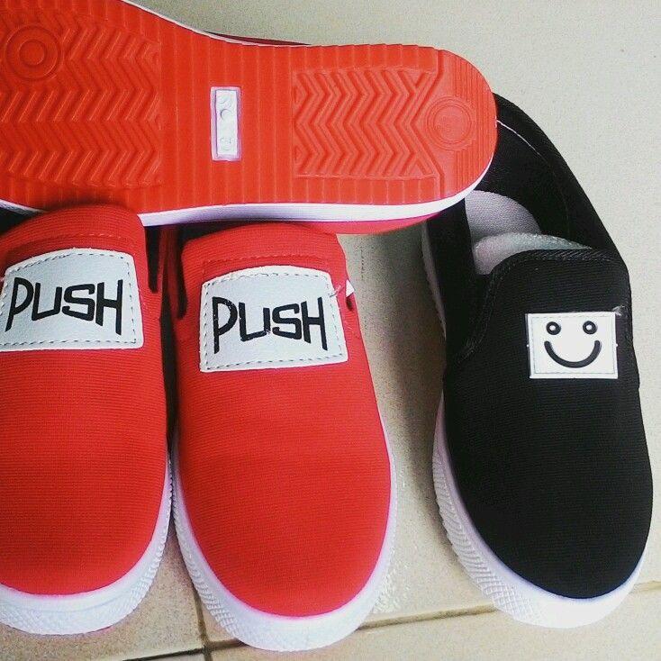giày slip on mặt cười và plush