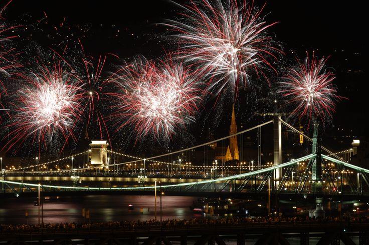 Tűzijáték Budapesten augusztus huszadikán. Kövesse élőben az Origo-n!  Fotó: Szigetváry Zsolt – MTI  #aug20 #augusztus20 #tuzijatek #budapest #lanchid #duna