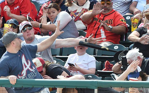 Μπαστούνι του μπέιζμπολ θα κτυπούσε το παιδί του - Δείτε τι έκανε αυτός ο πατέρας (Φωτογραφίες)