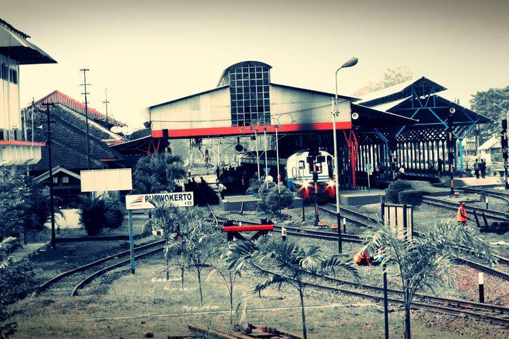 Stasiun Purwokerto (PWT, +75 m dpl) di Kota Purwokerto, Kabupaten Banyumas, Jawa Tengah.