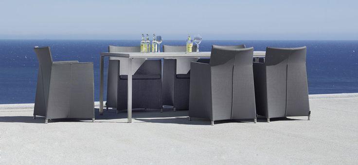 Stoły ogrodowe Pure zostały zaprojektowane dla Cane - Line, przez projektantów Foersom & Hiort Lorenzen. Podstawa wykonana została ze stali nierdzewnej, natomiast blat z mieszanki cementowo-kwarcowej. Zastosowanie takich materiałów zapewnia trwałość, natomiast doświadczenie i umiejętności projektantów, zaowocowały pięknym, minimalistycznym designem.