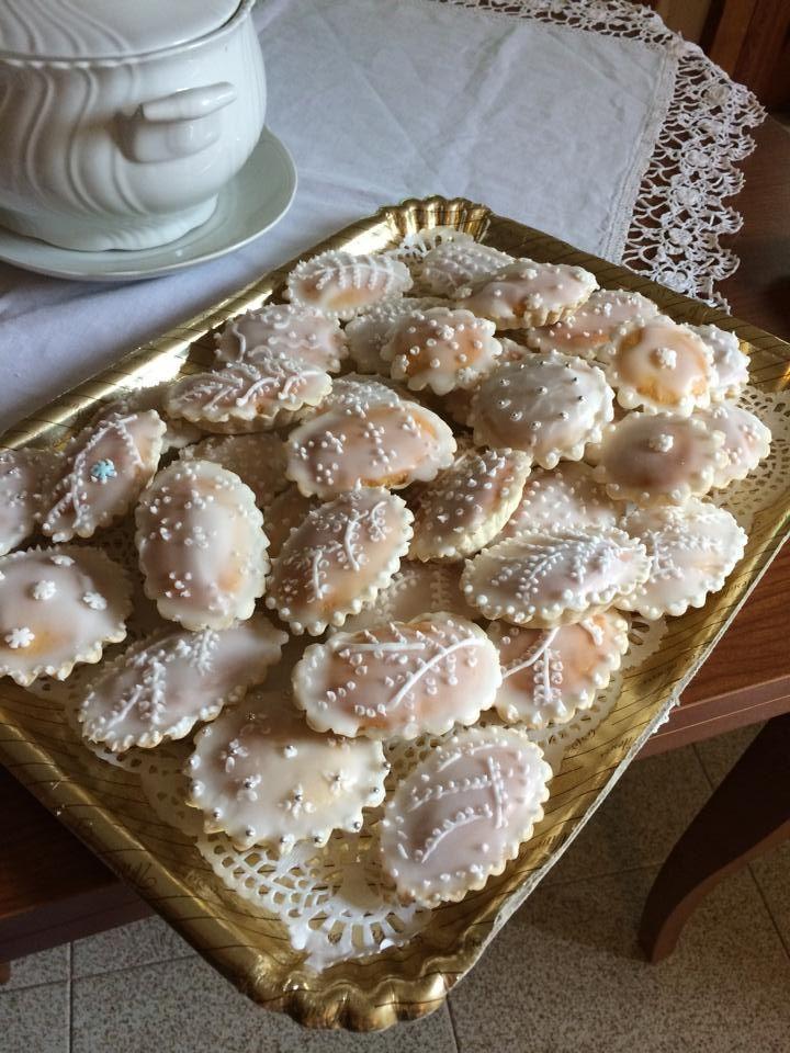 Questi sono i dolcetti della mia infanzia, delle occasioni speciali qui in Sardegna. Sono le capigliette di Oristano, che venivano realizzate dalle monache di clausura, dei piccoli capolavori che venivano ordinati nelle grandi occasioni della nostra famiglia: matrimoni, battesimi, comunioni e cresime. Era una emozione straordinaria vedere apparire dalla ruota nell'atrio del convento il vassoio dei dolcetti. Oggi le faccio io, cercando di creare di nuovo l'emozione della mia infanzia.
