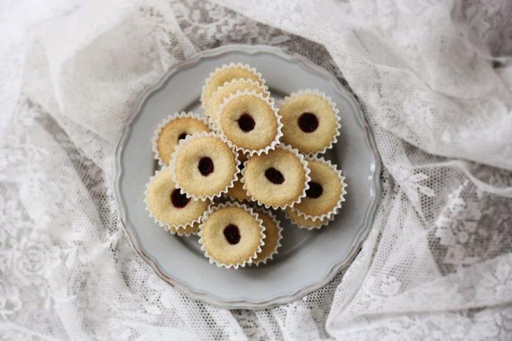 Mám pro vás další švédský recept , jak nečekané. Na máslové sušenky s malinovou marmeládou, na které potřebujete jen šest surovin. Švédský název hallongrottor znamená malinová jeskyně, ale co si budeme povídat, zní to dosti podivně. Sušenky chutnají trochu jako naše linecké, jen je Švédi pečou celoročně a naprosto nijak nepatří mezi vánoční cukroví.