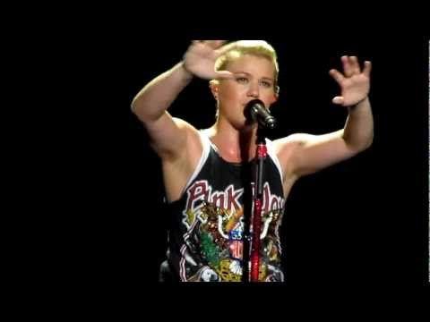 "Kelly Clarkson covers Trisha Yearwood's ""Walkaway Joe"" at Verizon Wireless Amphitheatre - Encore Park in Alpharetta, GA, on August 8, 2012."