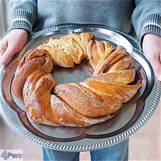 Cinnamon wreath bread, delicious for Christmas breakfast. Recipe in English  Kaneel broodkrans, lekker voor het Kerst ontbijt. Recept in het Nederlands