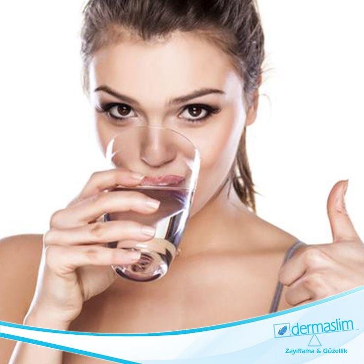Gün içinde tüketeceğiniz su miktarı ortalama 2.5- 3 litre olmalı. Su hem metabolizmanızı hareketlendiriyor; hem vücutta stoklanan toksinleri temizliyor; tokluk hissi yaratarak yeterli beslenmenizi sağlarken, daha da önemlisi, cildin nem kapasitesini arttırarak daha sağlıklı görünmenize etkisi oluyor.