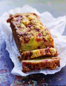 Cake-crumble fraises et rhubarbe 1 KG DE RHU BARBE  350 G DE FRAISES 150 G DE BEURRE 3 ŒUFS 150 G DE SUCRE DE CANNE + 2 C. À SOUPE ESSENCE NATURELLE DE VANILLE 12 C. À SOUPE DE LAIT 150 G DE FARINE DE MAÏS 180 G DE FÉCULE DE MAÏS 1 SACHET DE LEVURE CHIMIQUE   POUR LE CRUMBLE : 25 G DE BEURRE 25 G DE POUDRE D' AMANDE 1 PINCÉE DE CANNELLE 25 G DE FARINE DE MAÏS 25 G DE SUCRE COMPLET