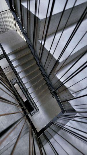Des liens en cuir en guise de balustrade - Une maison d'architecte béton - CôtéMaison.fr