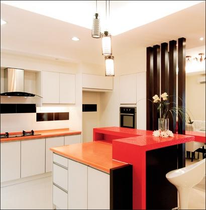 Tip Top Chong Trading ● Kemasan daripada melamin ABS Board membentuk ruang dapur yang luas. ● Potongan gaya kaunter pulau dibentuk  bertingkat dan disatukan bersama kaunter bar. ● Kos kabinet RM 10,000 ● Saiz dapur 12 kaki x 24 kaki