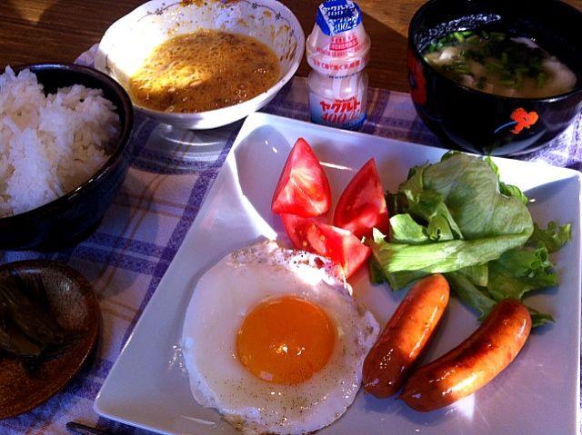 おはようございます。今朝も、いい天気!風は、冷たいですが、気持ちいい朝です。今朝は、目玉焼き!HIROさん、大好きなんですねー。ごはんには、納豆ばっちり!さぁ、今日も、元気にいきましょう。よい1日をーー(*^^*) - 13件のもぐもぐ - 目玉焼き  ウィンナー  サラダ   納豆   豆腐とわかめの味噌汁   セロリのきんぴら by 126kei