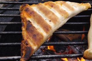 Grillrácson, parázson sült pizza táskák