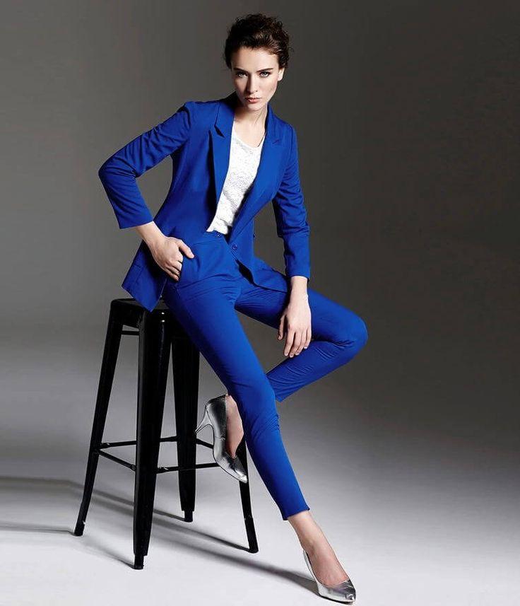 Dames pak met recht gesneden colbert en smal gesneden broek gemaakt van helder blauwe wol