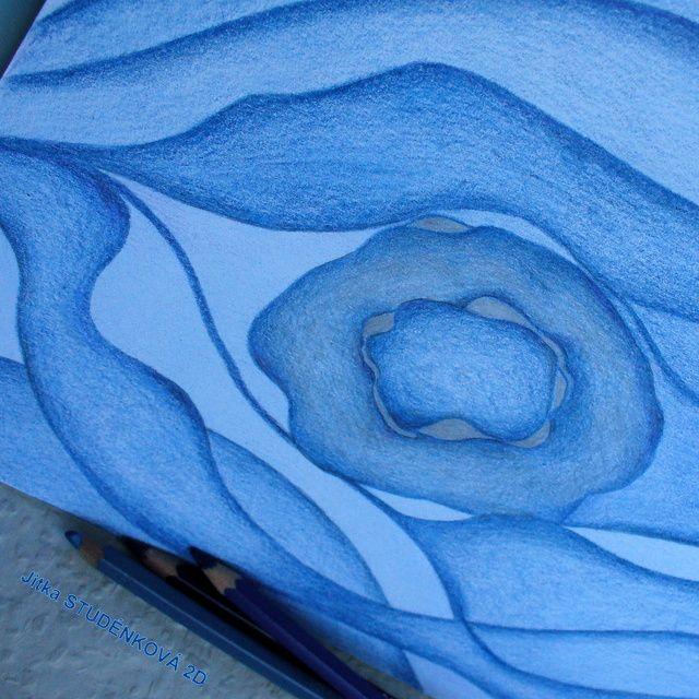 """Vítr ve skalách - originál Na sklonku dne se zvedl modrý vír. Prolétl se mezi skalami, zvířil zrnka prachu a do výše vynesl spadané lístky stromů. Skály ho přívítaly ve své majestátnosti a lidé mu nastavili svá čela rozpálená sluncem, láskou a sny. Kresba modrými pastelkami různých odstínů v rámci klubu Kreslíme - tentokrát na tém """"Modrý vítr"""". Fixováno. Cena ..."""