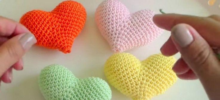 Gracias a este tutorial podremos aprender a elaborar corazones a crochet, para emplearlos como broche, llavero, para decorar...