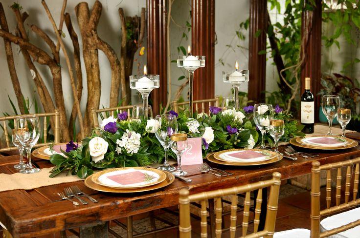 Event Design & Styling: Decor&Planning Florales: rosa ivory, lisianthus en tono morado y variedad de follajes. Bases: Copas estilizadas
