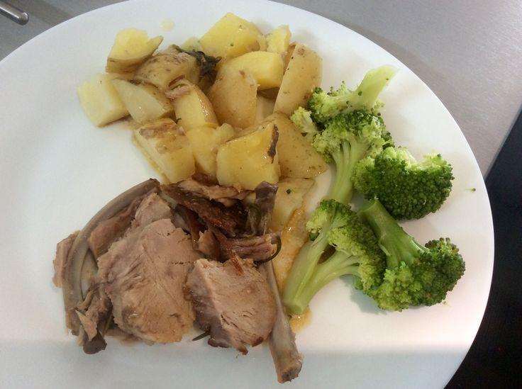 Pečená selečí kotleta, brambory, brokolice