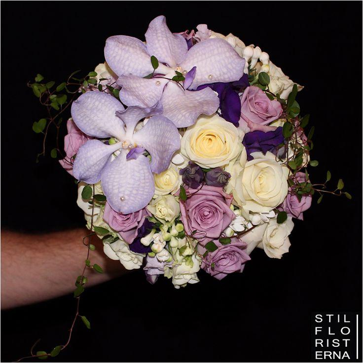 Brudbukett i lila och vitt, med lila rosor och Vanda orkidé och vita rosor och Bouvardia.