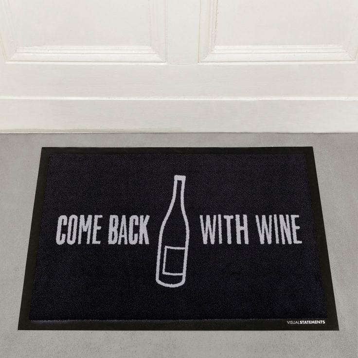"""Willkommen ist bei Dir fast jeder. Aber extra Aufmerksamkeit bekommt nur derjenige mit einer guten Flasche Wein. Setze ein klares Statement mit unserer """"Come back with wine"""" Fußmatte und lass Deinen Eingangsbereich strahlen...."""