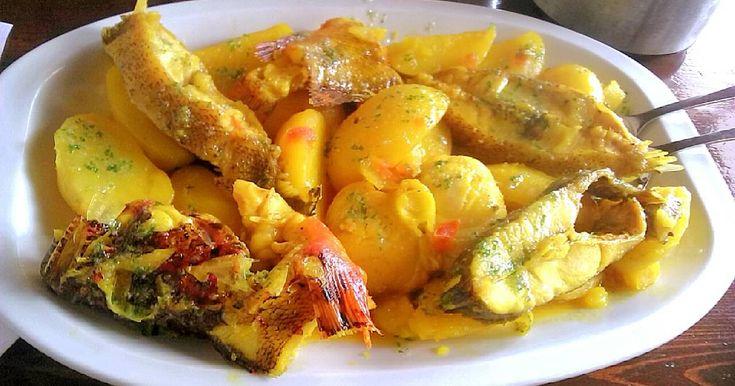 """Fabulosa receta para Bullit de Peix y Arroç a Banda. El Arroz a banda es un plato oriundo de la zona de Valencia aunque ya se ha extendido por todo el Mediterráneo, era propio de pescadores, primero hacían un hervido con la morralla y el pescado sobrante de la pesca al cuál le añadían patatas, ñoras como picada y alioli, después con el caldo sobrante hacían el arroz a banda, en Ibiza es muy popular """"El bullit de Peix y Arroç a Banda"""", hay lugares que lo sirven antes que el caldo, otros que…"""