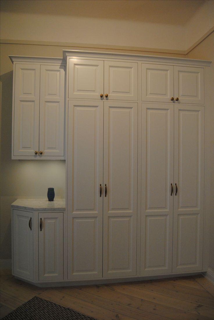Garderober i massiv furu målade i linoljefärg. Måttbyggda efter kundens behov.