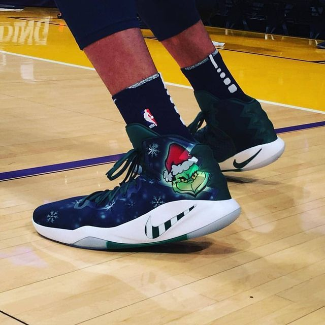 👀🔥🎅🏾 @karltowns  Watch my bro ball out on @nbaontnt tonight vs the @lakers in his custom Grinches. ✊🏼 #teamkickstradomis