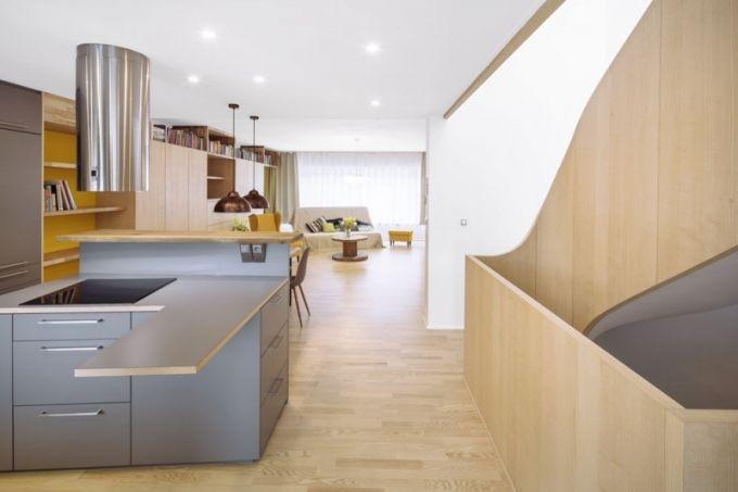 Spojujícím prvkem interiéru jsou niky různých barevných odstínů nebo druhů dřevin