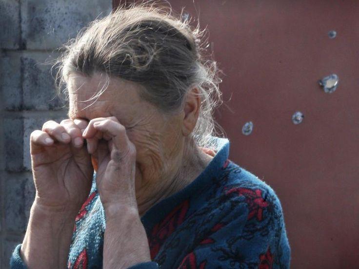 In ukrainischen Slawansk weint eine Frau über ihr bei einem Gefecht zwischenSeparatisten und Armee zerstörtes Heim.