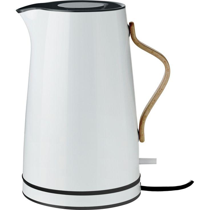 Nu kan du igen forskønne hverdagen med et Emma produkt. Den populære prisvindende Emma serie er udvidet med en smuk ledningsfri elkedel, der er lige til at tage med til bords. Emma elkedlen er som resten af serien i en smuk lyseblå farve med bøgehåndtag. Elkedlen er nem at bruge. Den er inklusiv et aftageligt kalkfilter, skjult varmelegeme og kan rumme 1,2 liter. Den slukker automatisk ved kogepunkt og har tørkogningssikring.