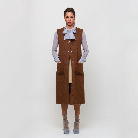 MODELLO BENEDETTA – Cappotto / gilet lungo in lana alpaca col. ruggine senza collo con tasche applicate con bottoni vintage.