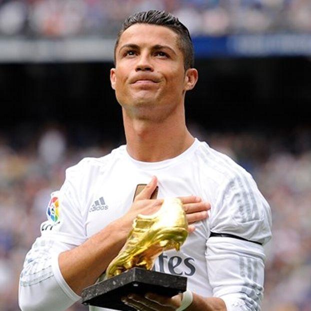Cristiano #Ronaldo posa con la scarpa d'oro