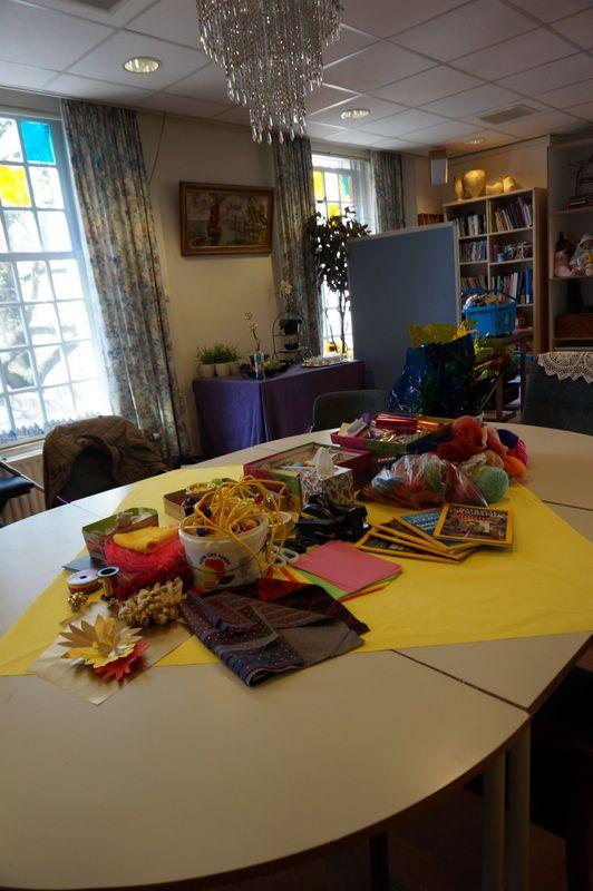 Voorbereiding van de activiteit: Op tafel liggen materialen die bepalend zijn voor de inhoud van de activiteit.( project :life long learning Amsta) meer informatie l.kuipers@amsta.nl